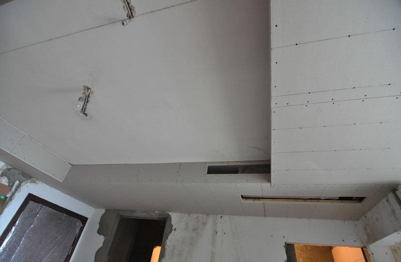 客厅进门处的吊顶,里面藏了中央空调,水管,电线,哇哈哈哈