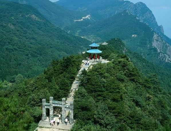 三清山风景区位于江西省上饶市境内,总面积有229平方公里,它由十个大