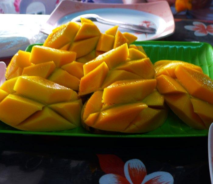 发送悄悄话               吃海鲜前,可以在市场里买点芒果带去 海鲜