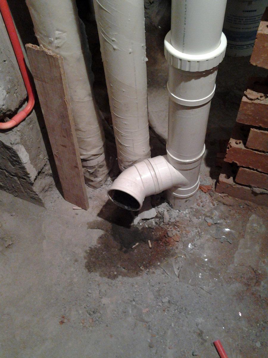 由于一些原因,家里两个马桶一个要做墙排,一个要做挂墙但任然地排,大家看看,这是施工队的安装方式,是否会有问题: 1、墙排马桶:主坑管离地180MM的地方隔断装三通+45度弯。 现在想知道,这个弯是水平没有坡度的,在连接马桶后面的P排污管的时候,是否需要做一个坡度?大约多少度?两者之间是如何连接起来的? 2、挂墙马桶:开墙以后发现自家的主坑管正好在水箱正背后,吉博力的排污管配件是L型的,没办法接到主坑管上去,右侧的是别人家的坑管,物业不允许接上去,所以水电师傅说还是用地排,转了两个弯连接到原来的地排孔上去。