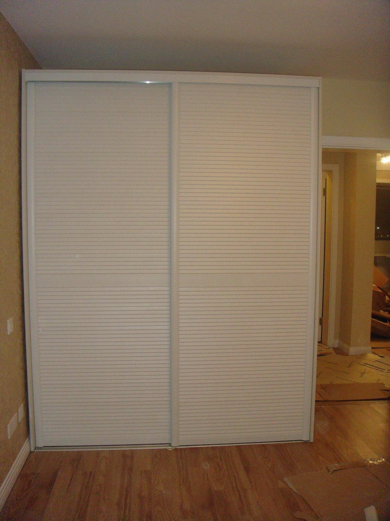 我们房间的衣柜,靠衣柜的地方应该不要踢脚线