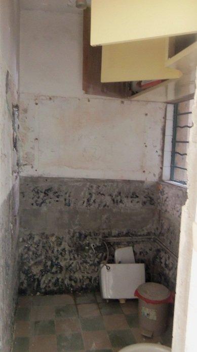 老房子卫生间伸出来的大落水管的问题