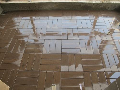 木纹砖小块拼贴,很像塑木地板