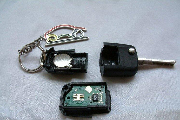 图解高尔夫6遥控钥匙的电池换法
