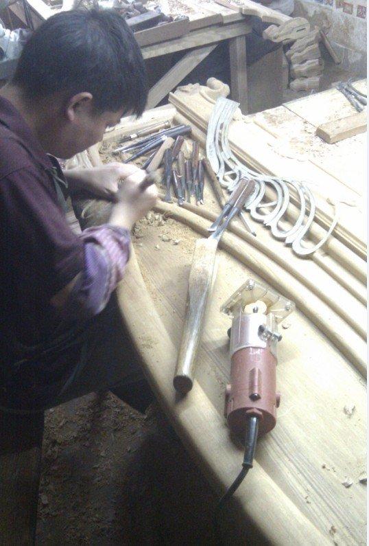 雕花工人,他们好像都是手工雕花的