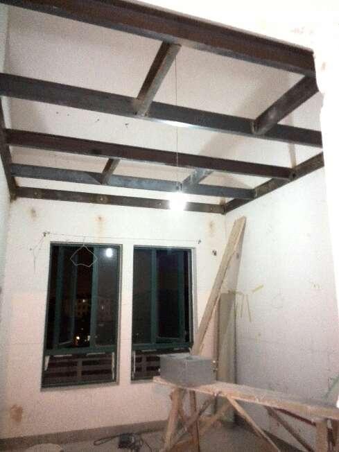 钢结构吊出一个阁楼延伸,儿童房楼上的高点比较多,所以做钢结构吊顶