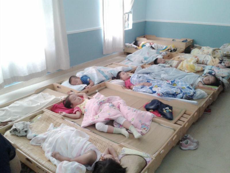 幼儿园照片. 从别的小朋友睡觉照,貌似有上下床的.