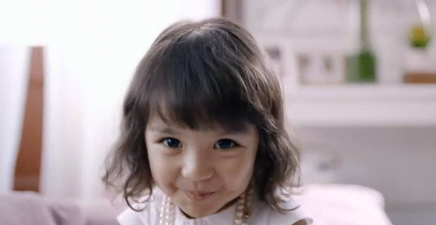 里面的小女孩好可爱哦~~~眼睛