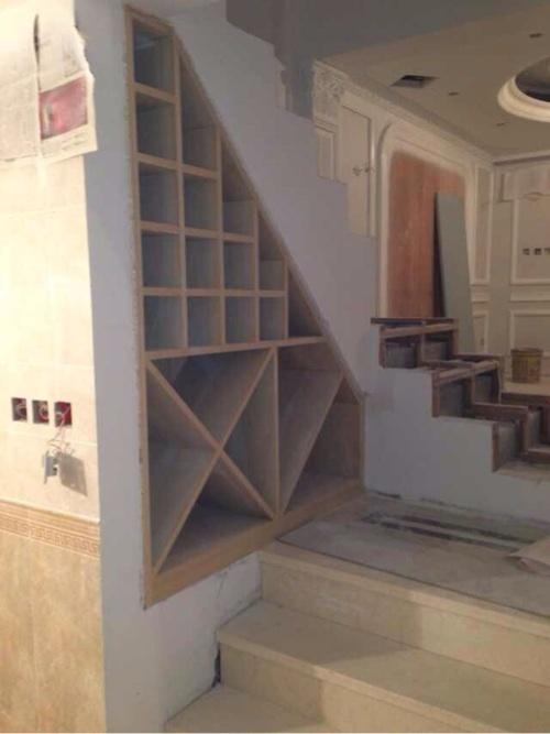 楼梯下酒柜装修效果图