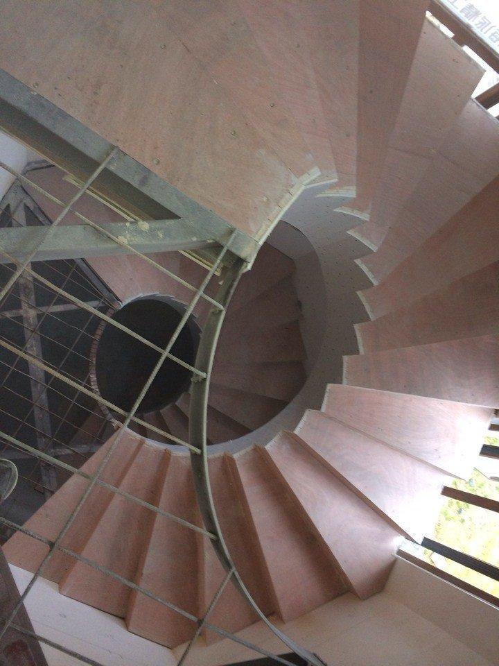小袁钢结构在这里分享槽钢搭建楼梯图片