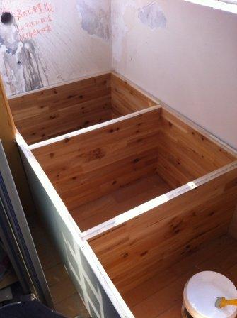 阳台的榻榻米:里面是杉木集成板,外面是细木工板.