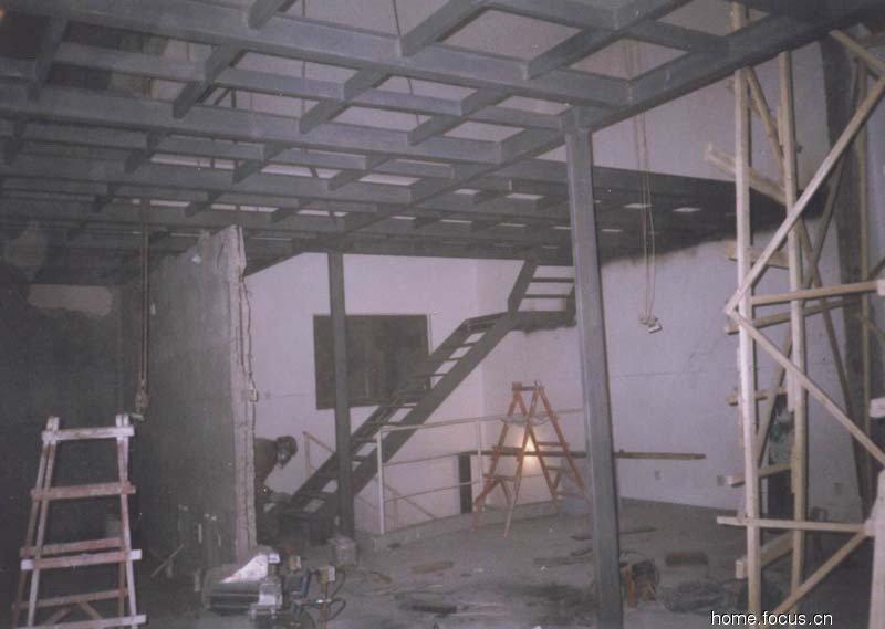 北京专业制作阁楼公司010-60800727北京专业阁楼制作安装;专业制作钢结构阁楼; 钢结构阁楼主要以槽钢为主,下面主要讲一下槽钢的搭法阁楼的搭法: 1、槽钢的最关键一点就是槽钢两端的固定。固定方法主要有三种:一种是在墙上用角钢做一个,并用膨胀螺丝锁在墙上,然后用槽钢固定在上面,也可以采用植筋的做法进行固定。此方法只限于两端墙面是承重墙或者刚好有横梁经过的地方,用膨胀螺丝固定于墙上,膨胀螺丝的间隔不超过200mm。另外一种是先在墙上打一个孔,然后把槽钢伸进墙内,并由墙体直接承担槽钢的重量。此方法只限于承