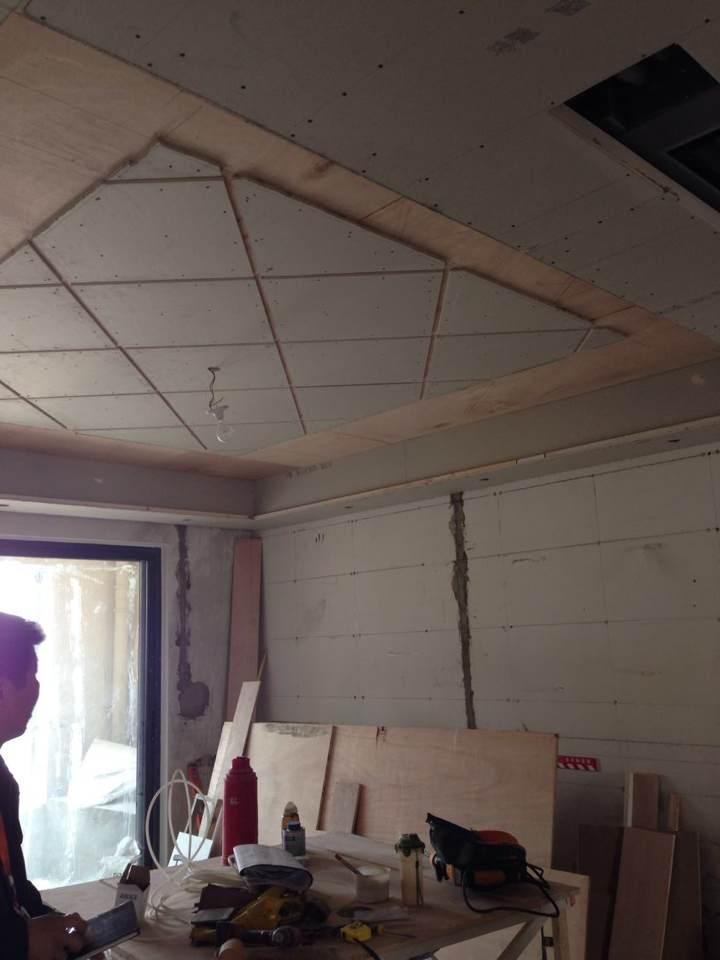 最近的进展还不错,木工进场,客厅吊顶的效果有点出来啦
