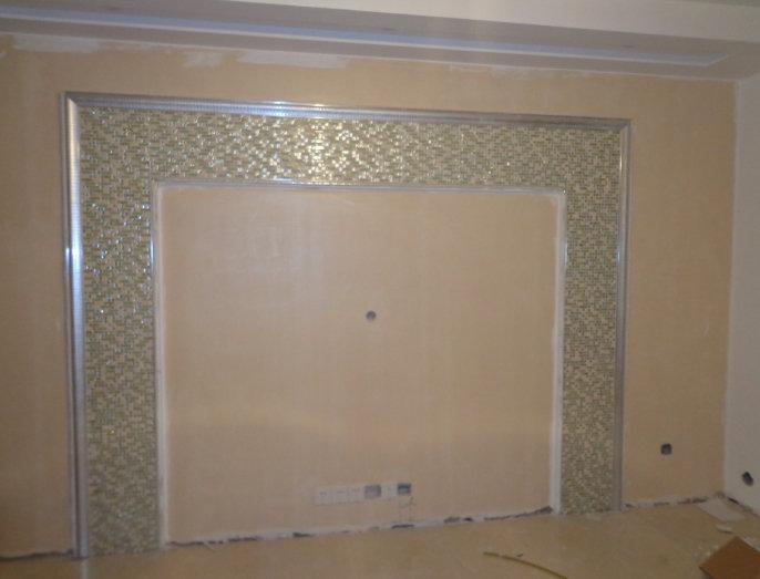 电视背景墙用的小马赛克做边框装饰