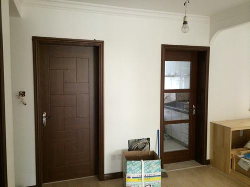 门套和门是柚木色的,踢脚线是浅黑胡桃色,还比较配.