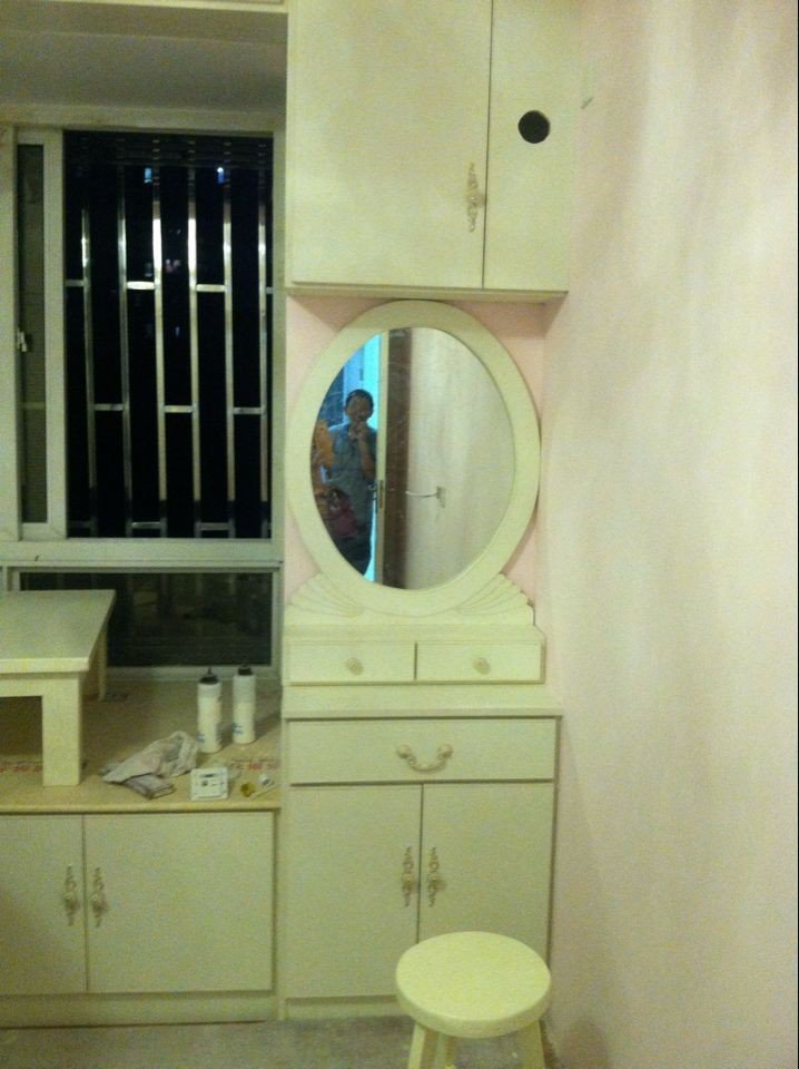 靠近飘窗做了一面柜子和梳妆台