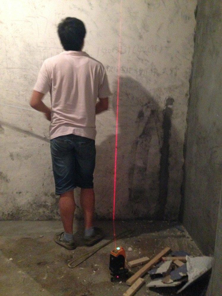 1、哪里买的? 我之前也是在爬篱笆的帖子的时候,看到一位上海的朋友用的,最后才知道是在杭州有的卖的,叫小何木榫板,老板就是小何,此人在杭州的19楼论坛很有名气,是装修界的达人!存做口碑的那种,所以我还是蛮相信的,我后来自己亲自去了小何那里,听他介绍,并且带我去看了正在施工的家具,很不错,所以后来就定了,上海这里只要跟他订好,走物流送到家里!联系方式可以私信 2、什么材料? 木榫板的板材主要是松木和杉木,现在好像都是杉木,有节的便宜点,无节的贵一点,原生板子拼接的,当中没有接指,然后板子和板子之间用一个榫头