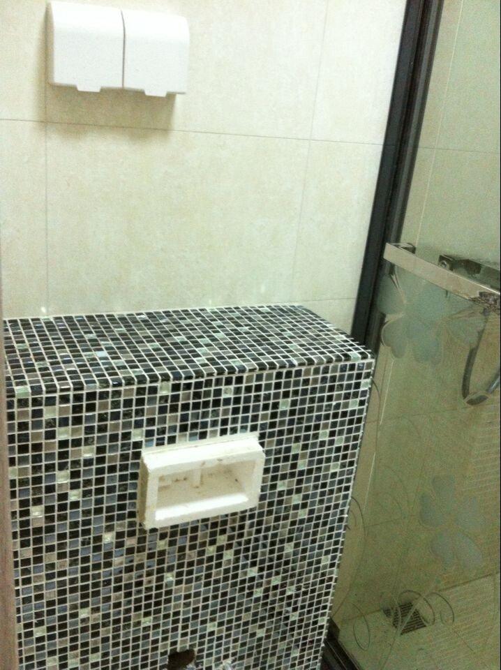 卫生间挂壁马桶水箱(上方还有浴巾架)