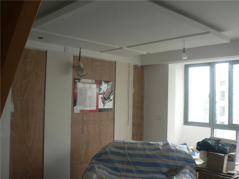 复式装修,现代简约风格,吊顶刷白完毕,淋浴房门已安装,地板即将
