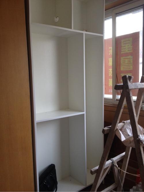 阳台一边的柜子.白色生态板效果不错