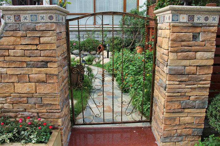 花园铁艺门,用文化石做围墙