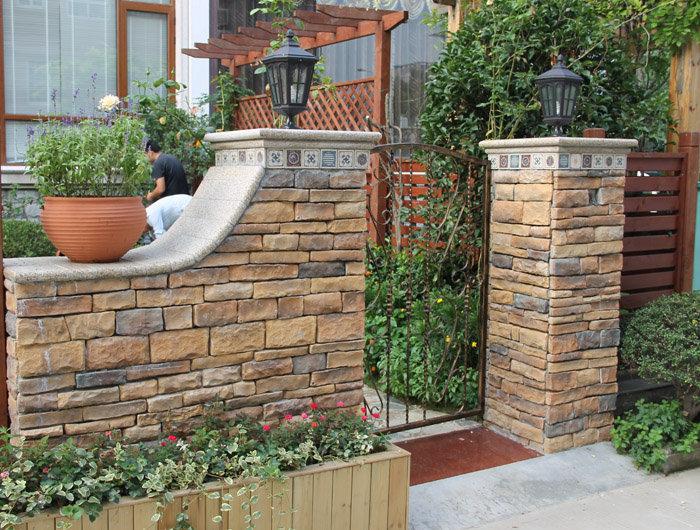 防腐木横条栅栏,衔接文化石围墙
