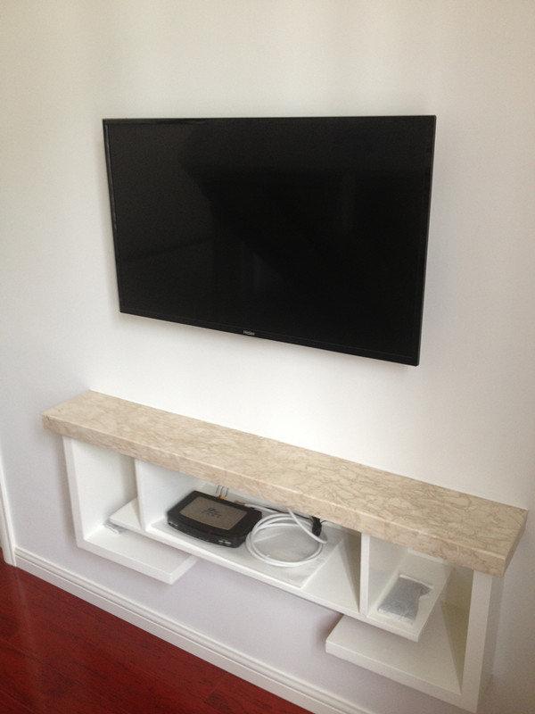 木工做的小电视柜,这样比只挂个电视机要好看点