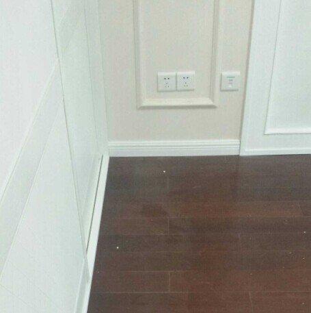 踢脚线的线条跟墙面上的木线条也很搭