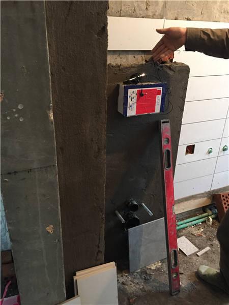 挂壁马桶水箱的水泥封好了