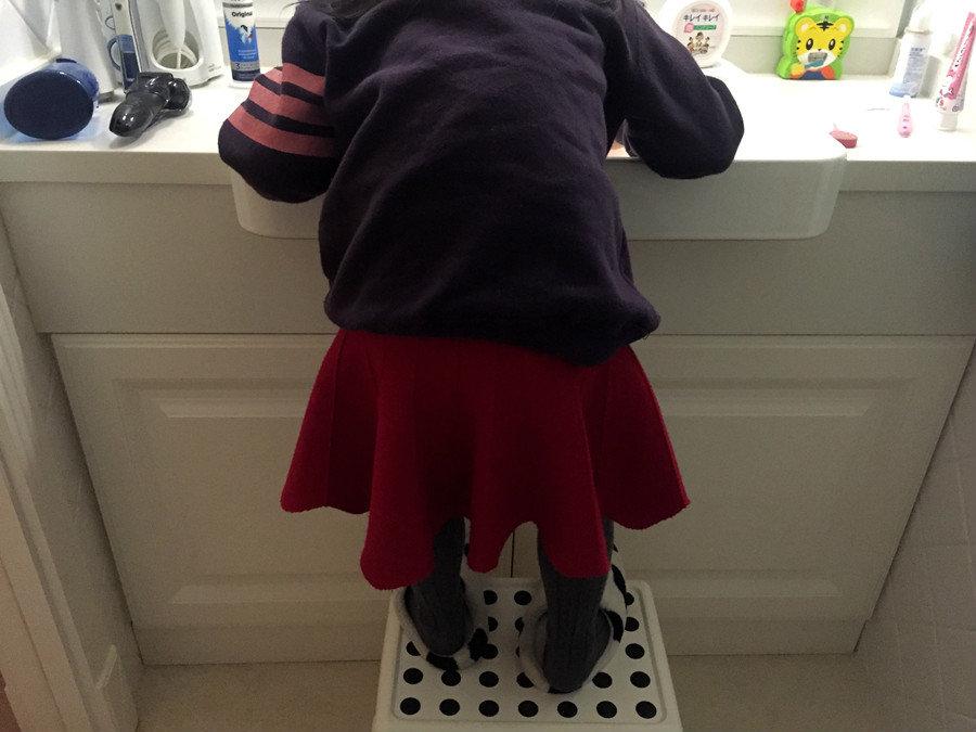 女儿刷牙.jpg