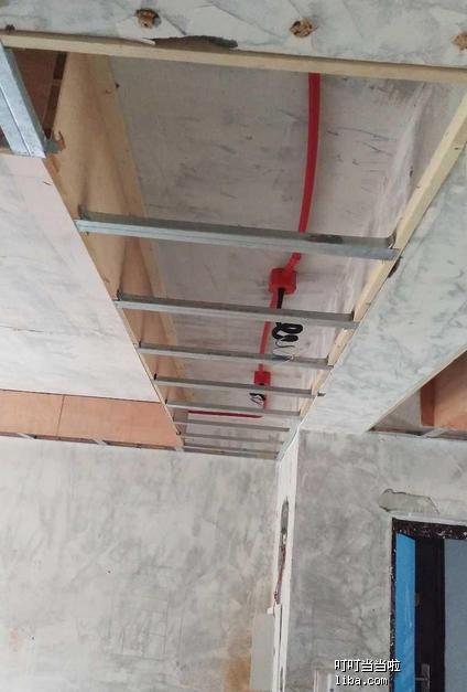 木工进行吊顶的工作.png