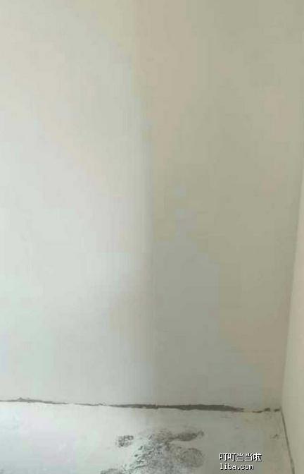 油漆工在进行墙面打磨1.png